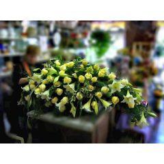 Grosses Sarggesteck gelbe Rosen