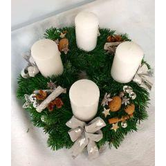 Mittlerer Adventkranz mit großen weißen Kerzen