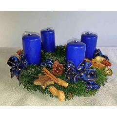 Mittlerer blauer Adventkranz mit Zimtstange