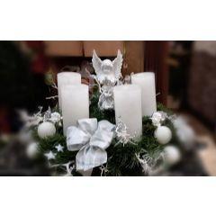 Weißer Adventkranz