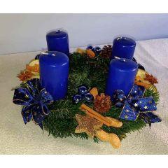 Rustikal blauer Adventkranz
