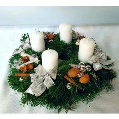 Weißer Adventkranz mit Zimt
